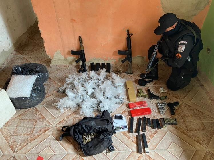 Em uma grande ação PM apreende armas, granadas, munições e dois suspeitos no bairro Santa Cruz em Volta Redonda