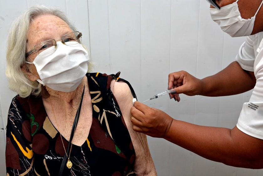 Covid-19: Idosos de 89 anos começam a ser vacinados em Volta Redonda