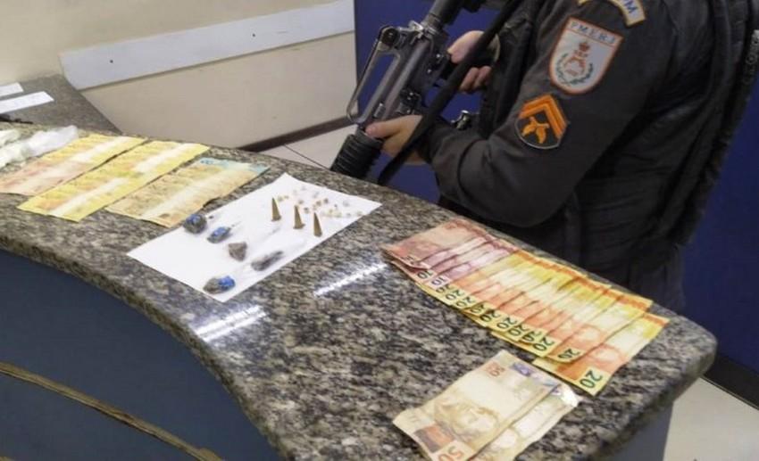 PMs apreendem suspeito com 12 passagens pela Polícia traficando drogas no bairro Bom pastor em Barra Mansa